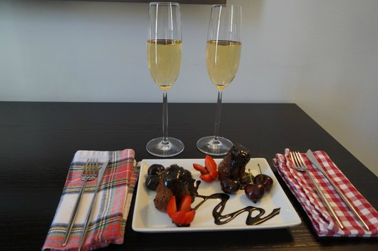 Internacional Design Hotel: Hotel staff surprised us with this delicious treat for our Honeymoon upon our arrival.
