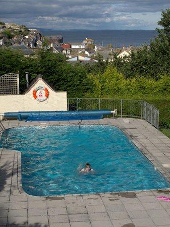Trennicks B&B: Pool with a view