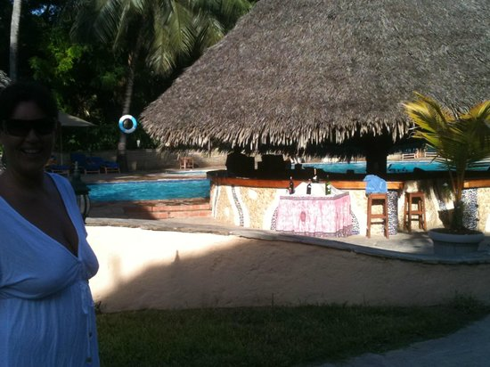 Nyali Beach: Fabulous pool bar and staff