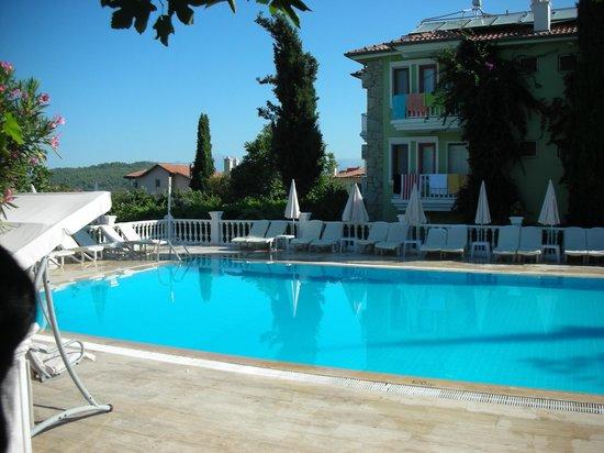 Cappadocia Hotel: Vista esterna della piscina e dell'hotel