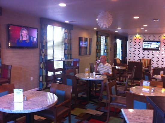 Comfort Suites Natchitoches: Comfortable lobby & breakfast space!