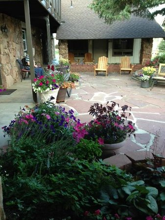 The Maxwell Inn : Relaxing patio area outside the lobby