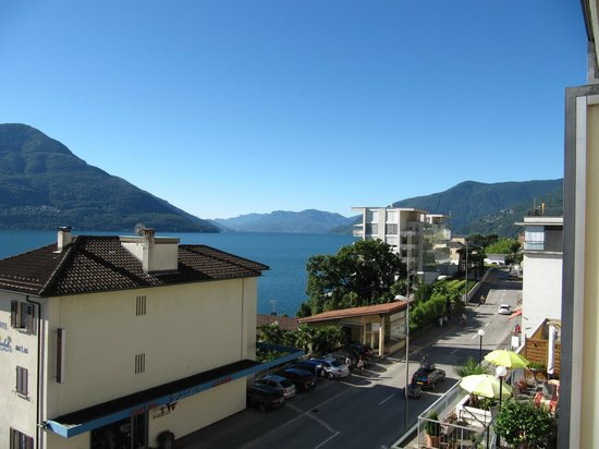 Hotel Garni Morettina : Vue du balcon de la chambre, direction Italie