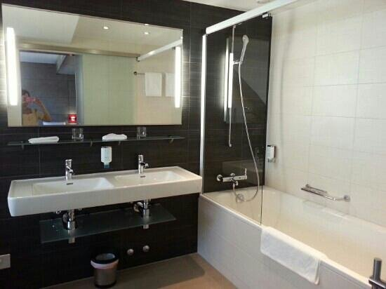 Sternen Oerlikon Hotel: huge and clean bathroom