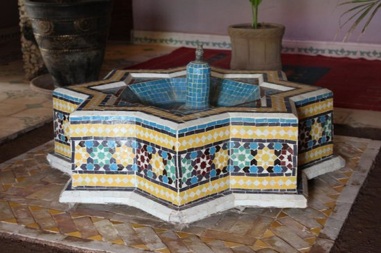 Imlil Lodge : Fountain in the hall