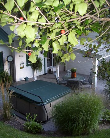 The Briar Rose Bed and Breakfast: Hot tub