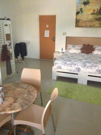 Kaikoesi Apartments : ruime slaapkamer
