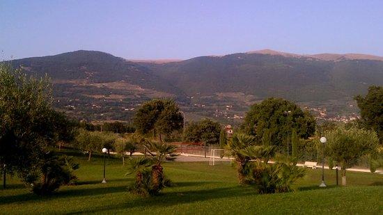 Il Casale di Monica: Veduta del Monte Subasio dalla camera