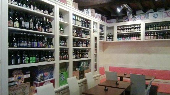 Birrificio Cortonese: Solo alcune delle birre artigianali in bottiglia presenti...