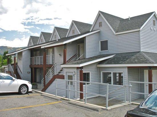 Yellowstone's Absaroka Lodge : parking lot entry to units