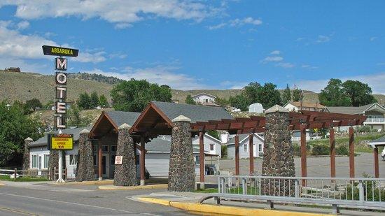 Yellowstone's Absaroka Lodge: Street entrance to the Absaroka