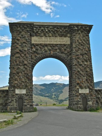Yellowstone's Absaroka Lodge: Roosevelt Arch from Gardiner to the National Park