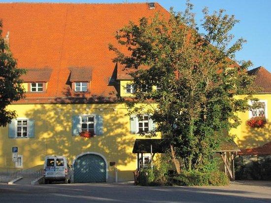 Wittelsbacher Castle: front