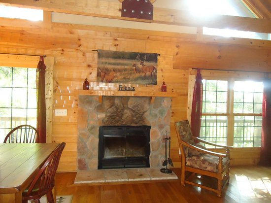 Valley View Cabins: Beautiful Fireplace in Living Room