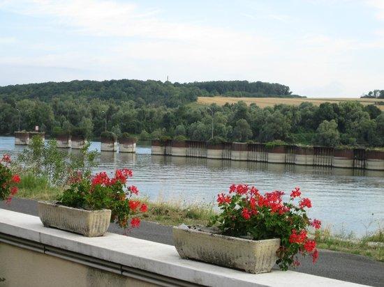 Hotel Restaurant des 4 Ecluses: River Seine from hotel