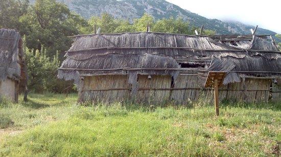 Lama dei Peligni, Италия: Ricostruzione di capanna paleolitica, lato