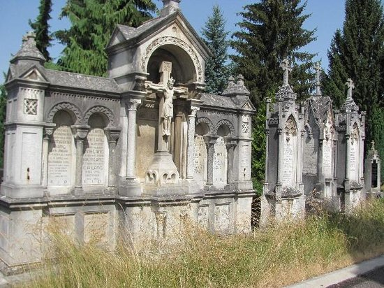 Altes Friedhof: Neo-Gothic tomb monuments