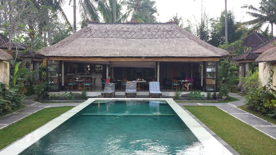 Lodtunduh Sari: Swimmingpool and restaurant
