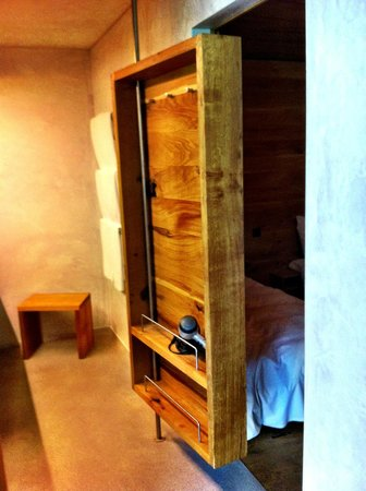 Rocksresort : bathroom storage door