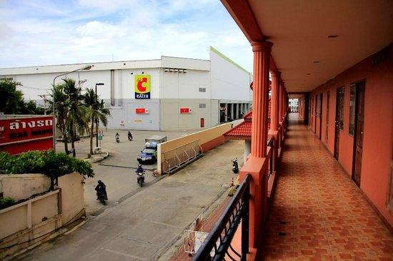 Navin Mansion 2: Hotelaussicht im Frontbereich auf ein Kaufhaus