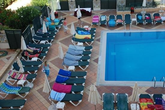 Real Bellavista Hotel & Spa: hotel management needs to crackdown on sunbed reserving!