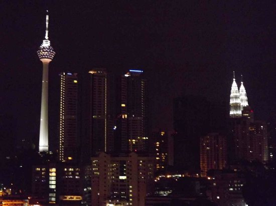 Casa Mutiara Service Apartment: KL tower (left) and Petronas towers (right)