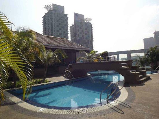Casa Mutiara Service Apartment: Swimming pool