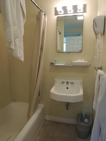 Rodeway Inn Lincoln : no fixtures to rest items on