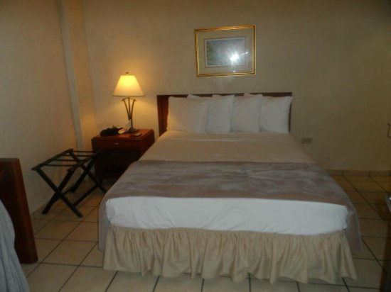 Hotel Plaza De Armas Old San Juan: The comfy bed (notice the missing phone)