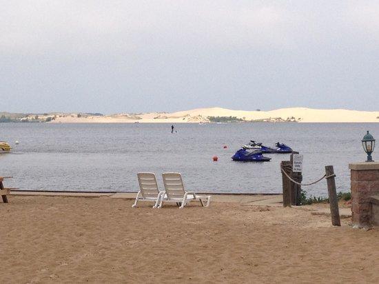 Dunes Waterfront Resort: Hotel beach