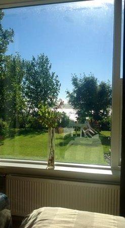 Hanna Sigga Guesthouse: Vista dalla nostra camera matrimoniale su giardino e fiordo