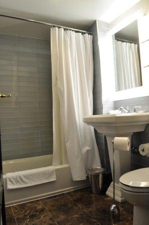 Gild Hall, a Thompson Hotel: Baño