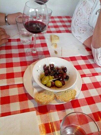 Mamma Mia Deli Cafe Bar: delicious olives appetizer