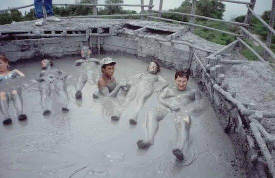 Volcan de Lodo El Totumo (Mud Volcano): Durante el baño. Intimida pensar la profundidad que pueda tener...