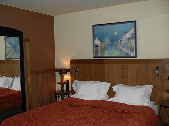BEST WESTERN Santakos Hotel: la chambre 417 côté lit