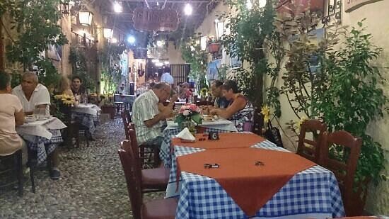 Ntinos Taverna Garden: Koselig sted, men ikke la deg lure:-D