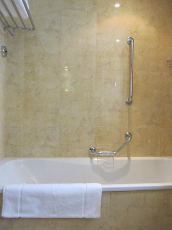 Radisson Blu Hotel Kraków: Shower and tub combo