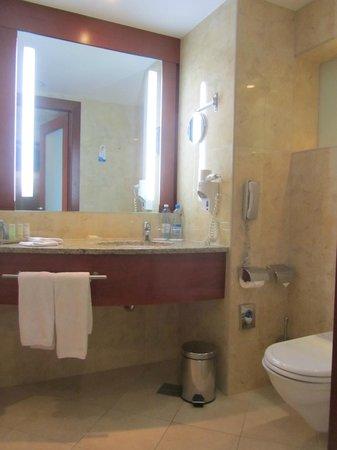 Radisson Blu Hotel Kraków: Bathroom counter area