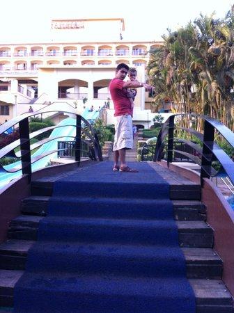 Fariyas Resort Lonavala: Bridge over the pool
