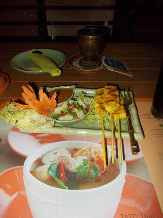 """Sala Thai: Die Spieße mit Erdnusssoße (im Hintergrund) sehr schön der """"Grill"""" im Hintergrund."""