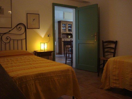 Fosso Del Lupo : Camera e soggiorno