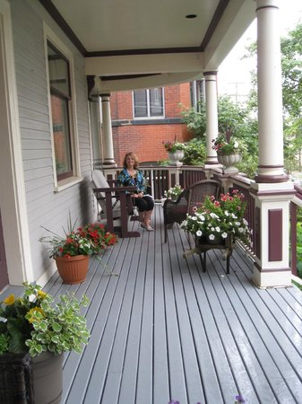 Mahogany Manor Bed and Breakfast : Front porch