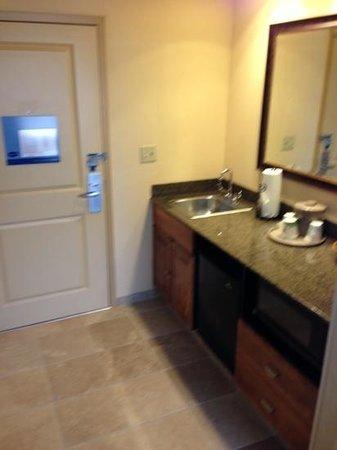 Hampton Inn & Suites Colorado Springs/I-25 South : bar/kitchenette