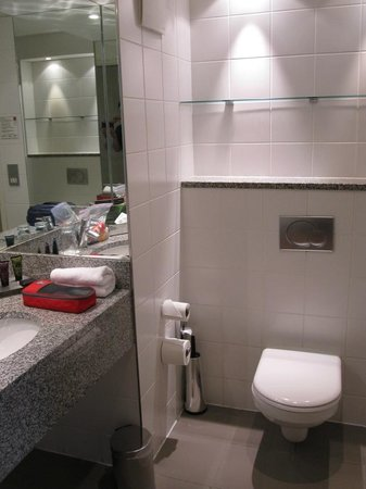 Clayton Hotel Cork City: Extra shelves in bathroom
