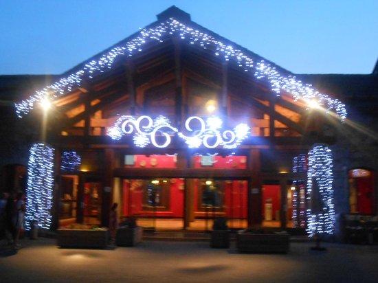 Club Med Peisey-Vallandry : façade illuminée de l'entrée du club