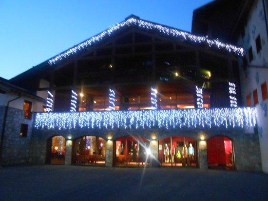 Club Med Peisey-Vallandry : façade illuminée