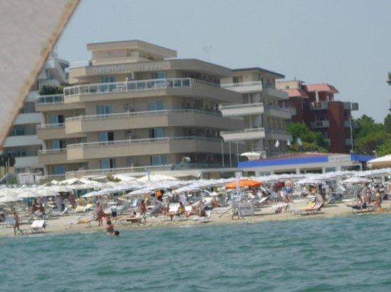 Bellettini Hotel: Hotel vom Strand aus gesehen