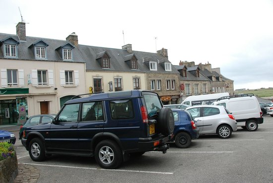 Le Phenix: Parking in front of hotel