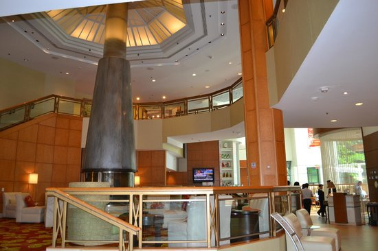 Toronto Marriott Downtown Eaton Centre Hotel: fireplace in lobby