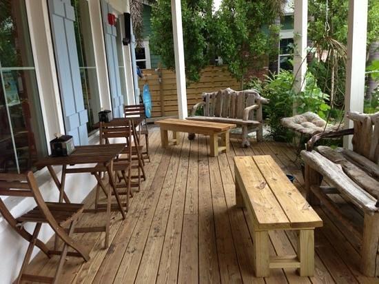 Poppo's Taqueria: outdoor small seating area